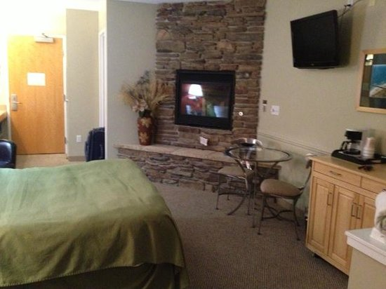 Weathervane Inn: Comfortable bed with fireplace