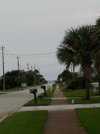 Americas Best Value Inn St. Augustine Beach: Walk to the beach...water straight ahead