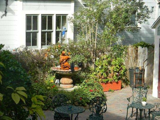 Centrella Inn: Garden fountain