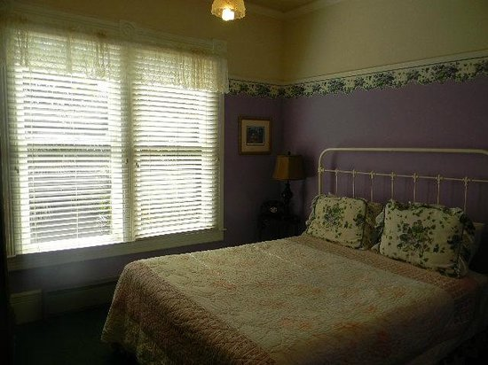 Centrella Inn : Room 18 with purple wallpaper