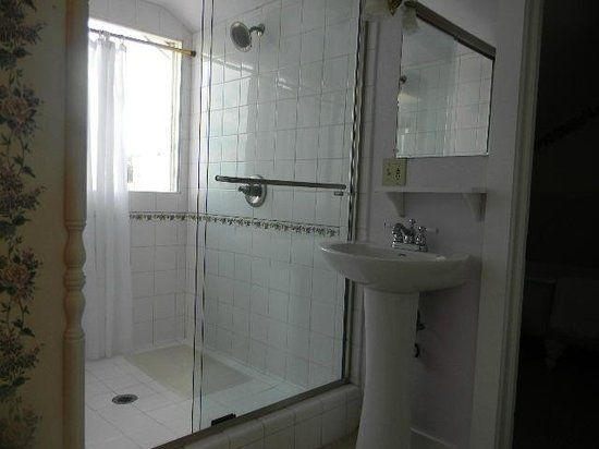 Centrella Inn : room 32 shower