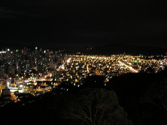Hotel Praiamar: vista nocturna de la ciudad