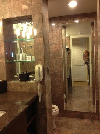 JW Marriott San Francisco Union Square : Beautiful and luxurious bathrooms.
