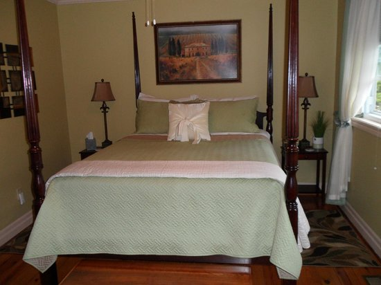 Newark Manor B&B: Th extremely comfotable bed in the Vineyard room.