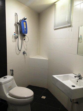 H & H Hotel: Bathroom