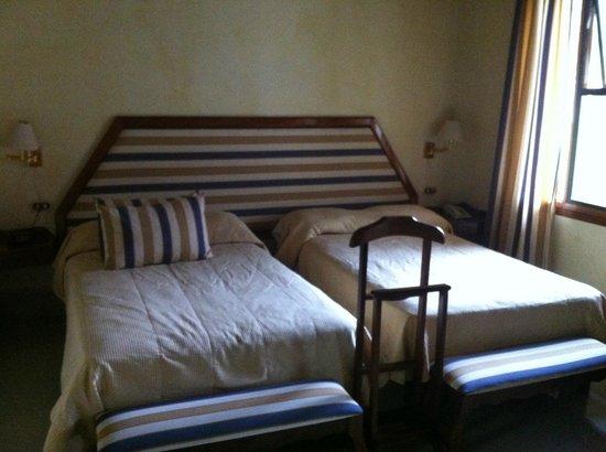 Resort Martino Boutique Hotel & Spa: Quarto - mobiliário antigo e paredes sujas