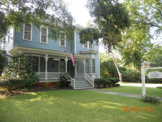 Crenshaw Guest House Bed & Breakfast: Great front porch with a comfy swing.