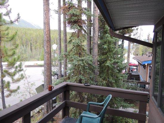 Sunwapta Falls Rocky Mountain Lodge : Deck view (south)