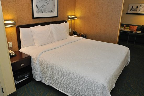 SpringHill Suites Dallas DFW Airport East/Las Colinas Irving: SpringHill Suites-Las Colinas: the mattress seemed worn but we slept well.