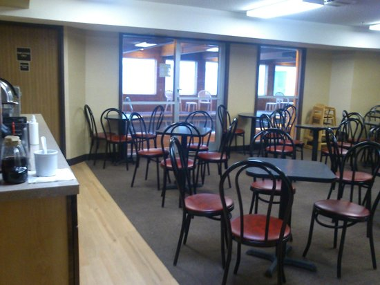 Red Roof Inn Fargo: Continental Breakfast Area, and behind is the pool