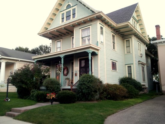 Historic Village Bed and Breakfast: Front View of the Historic Village B&B