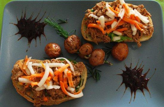 Drakos: Lomo de Cerdo BBQ. Ensaladilla de zanahoria y jicama sobre Pan Artesanal de la casa