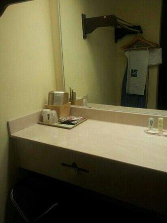 Quality Inn: spacious vanity very nice
