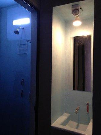 Bed & Pizza- youth hostel: regadera y lavabo (es básico ver los baños) jaja