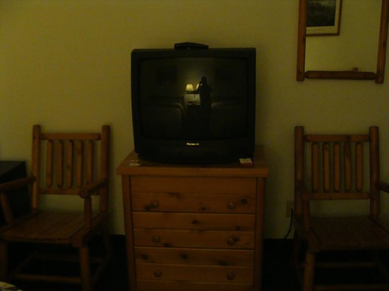 Super 8 Lake George/Warrensburg Area : tv unit chairs