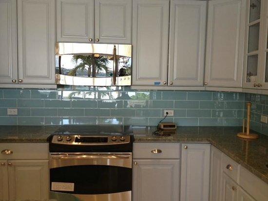 Secret Harbour Beach Resort: remodeled kitchen