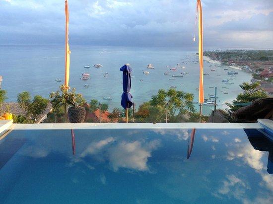 Lembongan Harmony Villas: View across infinity pool