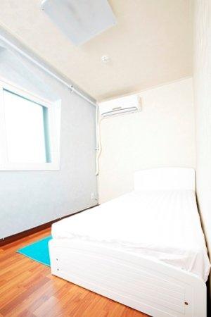 24 Guesthouse Gangnam: single room