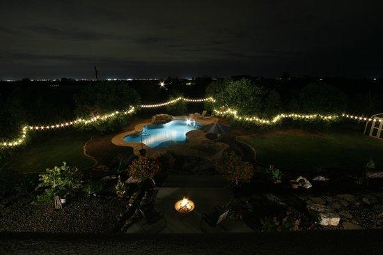Orange Blossom Hacienda Bed & Breakfast: Nighttime City View Over Pool