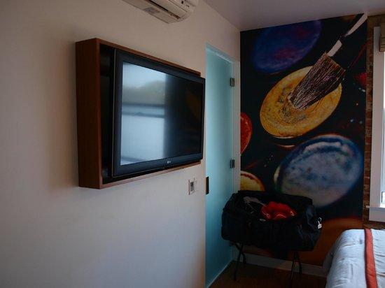 Hotel Indigo Santa Barbara: Téléviseur et déco murale
