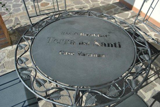 Terra Dei Santi Country House : TAVOLINO SOTTO IL PORTICO