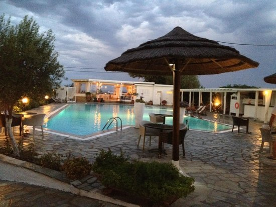 Antigoni Beach Hotel & Suites: View of the pool in the evening