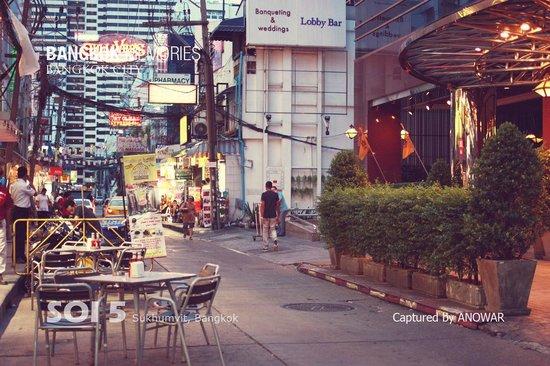 Boulevard Hotel Bangkok: Infront of the Hotel, Soi 5, Sukhumvit