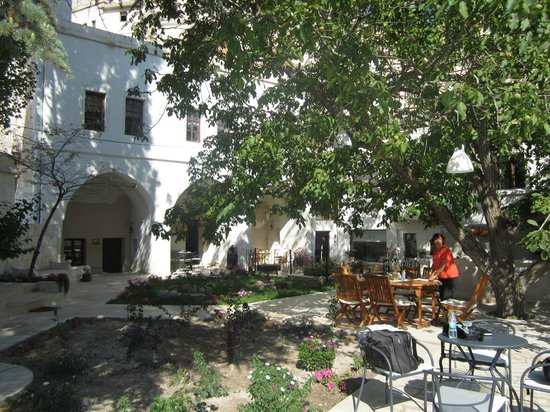 El Puente Cave Hotel: 庭 朝の風景 朝食の準備をしてくれています