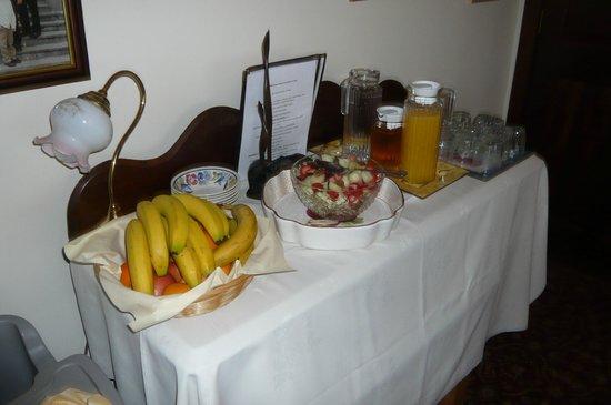 Ballindrum Farm Bed and Breakfast: 朝食のジュースやフルーツ類。勿論これ以外にメイン有り