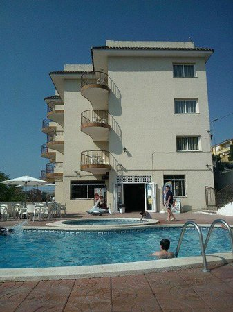 Apartments AR Muntanya Mar: Pool Area looking at Apartments