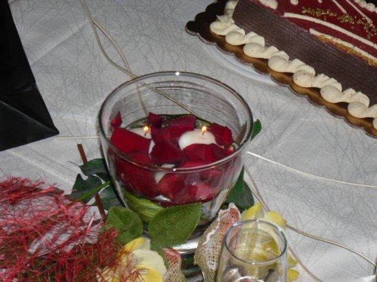 Candele galleggianti e petali di rosa picture of pepe rosa