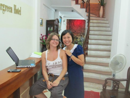 Hanoi Evergreen Hotel : Loren and Lisa at reception