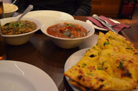 Kismot: lamb dish & chicken dish with garlic bread