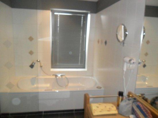 Salle de bain avec baignoire jacuzzi - Photo de Hotel ...