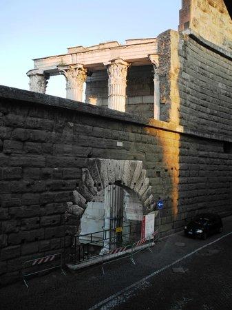 Residenza Maritti: Arco dei Pantani