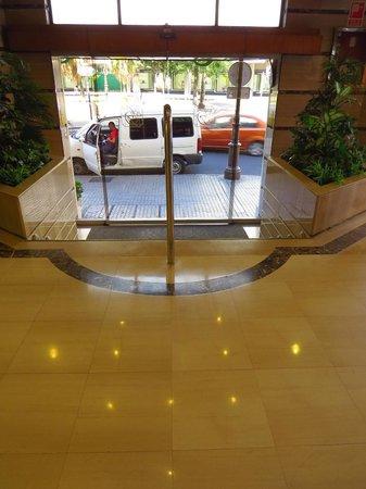Hotel Derby Sevilla: Eingang mit Stufen