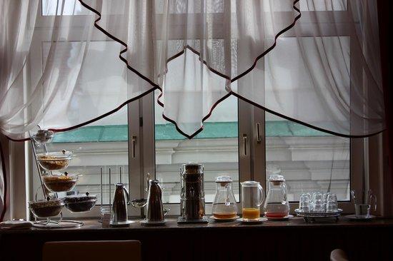 Hotel Pension Corvinus: window in the breakfast room.