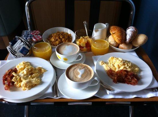 Hotel Spadari al Duomo: Desayuno en la habitacion