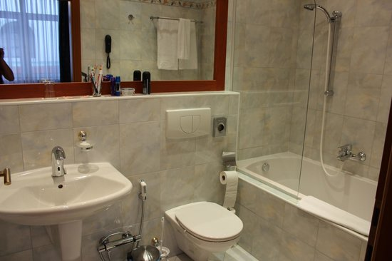 Hotel Pension Corvinus: Nice bathroom.