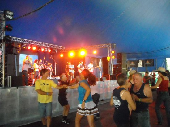Gympie Muster Inn: The Bushwackers' Dance at the Music Muster