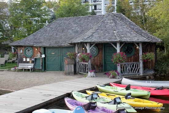 Mirror Lake Inn Resort & Spa: The little boathouse and beach offered free boating