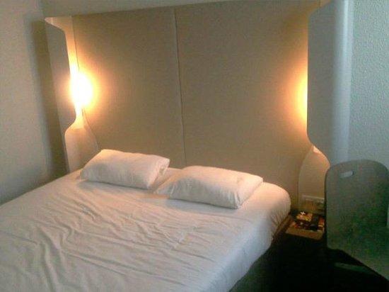 Campanile Paris Est - Bobigny: Ma chambre, un lit double ferme et très agréable