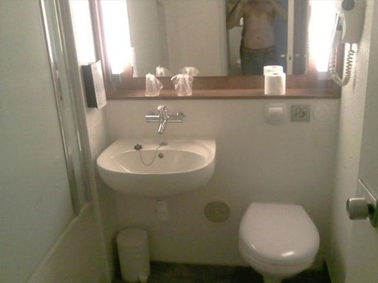 Campanile Paris Est - Bobigny: La salle de bain avec une baignoire/douche à gauche