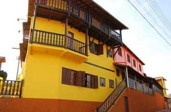 Hotel Alphaville Chales : A Pousada esta bem localizada, no alto do morro.