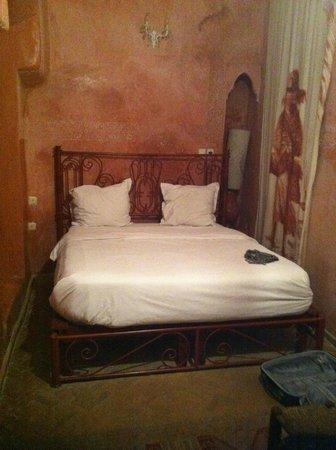 Riad Amiris: Chambre de l'arbre: cama doble