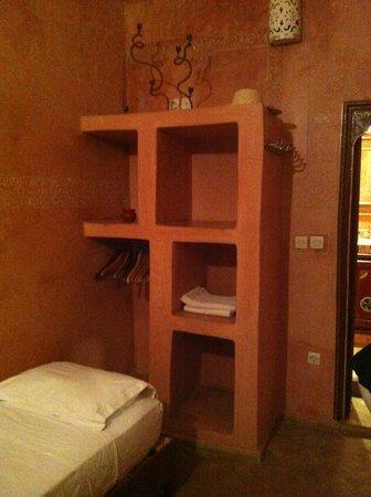 Riad Amiris: Chambre de l'arbre: cama individual