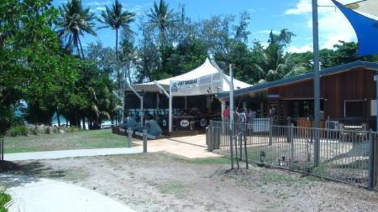Port Douglas Surf Club Bar & Bistro: 4mileビーチが目の前