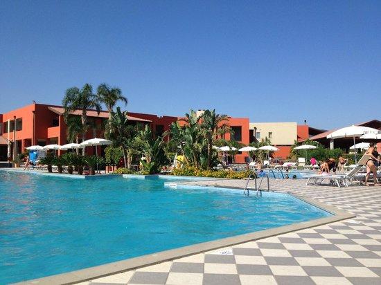 VOI Baia di Tindari Resort : Piscina con sfondo ristorante