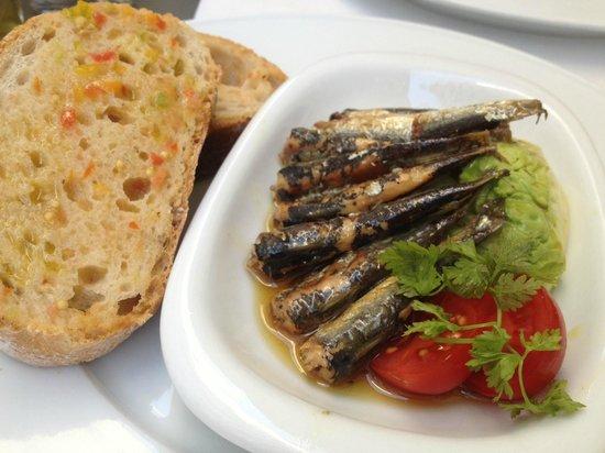 Bodega Marques: Sardinen mariniert mit Salatherz & pan y tomate