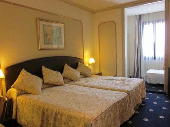 Hotel Roger De Lluria Barcelona: 広いベッド